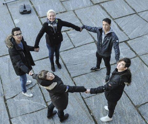 Står sammen: Laura Olsen, Gyri Mentzoni, Aref Fedaye, Javad Mohammadi og Mohammad Atayi ser fram til onsdag og fakkeltog, og håper at så mange som mulig i Lofoten vil være med å støtte opp. – Det beste vi kan gjøre er og vise at vi bryr oss. Foto: Synne Mauseth
