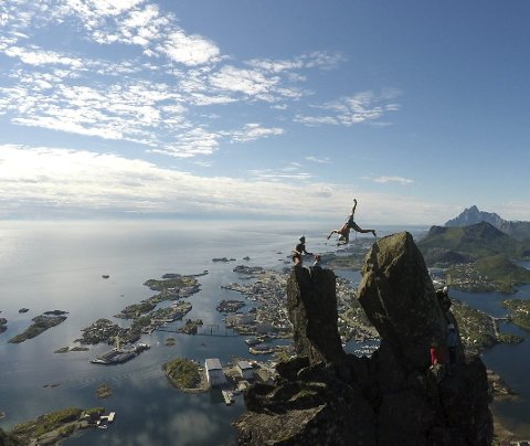 Salto: Brage Hernes Gåsvær (18) i sitt luftige svev over fra Storhornet til Lillehornet på Svolværgeita. Foto:  Jarl Hernes Gåsvær