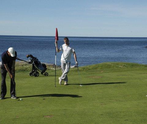Skryt: Golfbanen på Gimsøy får skryt i «Planet Golf – Modern masterpieces» av Darius Oliver og plasseres i verdensklasse, et bokverk som leses av kjennere sier daglig leder Frode Hov i Lofoten Links. Sommeren har så langt gitt resultater man er fornøyde med. Her fra NNM i august i fjor.Arkivfoto Eirik Eidissen