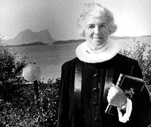 FØRSTE KVINNELIGE PREST: Ingrid Bjerkås var norges første kvinnelige prest. Det var kontroversielt. Litt etter at Bjerkås var tilsatt sto det en hyllest i form av et dikt i Bladet Nordlys. Men innsenderen turte ikke signere med navn. I dag, på kvinnedagen 2017, 56 år seinere, fant man endelig ut hvem forfatteren var: Harald Lorentzen, et medlem av menighetsrådet på Helgeland!