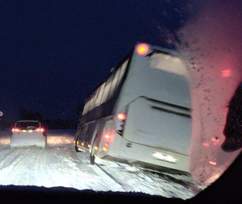 I GRØFTA: En buss står i grøfta på Håkøya onsdag morgen.