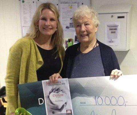 Fjorårets vinner: Silje Benonisen (f.v.) delte i fjor ut prisen til Aase Amsrud.