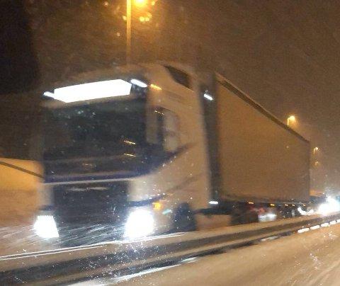 HADDE PROBLEMER: Flere vogntog sto fast i bakken mellom Raufoss og Hunndalen søndag kveld.