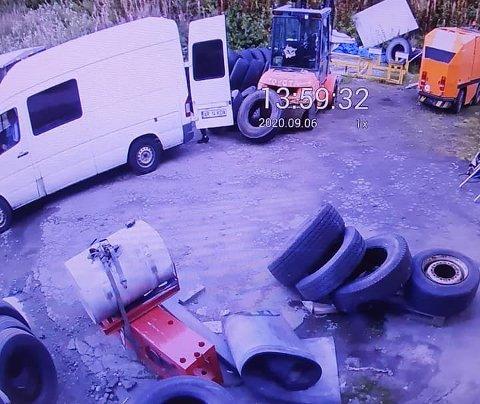 VAREBIL: Denne varebilen med registreringsnummer AR14KDA ble brukt for å frakte dekkene.
