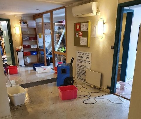 VANNLEKKASJE: Ting og Tøy i Gjøvik hadde en vannlekkasje i lokalene sine da et vannrør sprakk. De har satt ut bøtter og prøver å rydde opp.