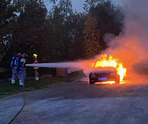 FULL FYR: Bilen var i fyll fyr da brannvesenet ankom stedet.