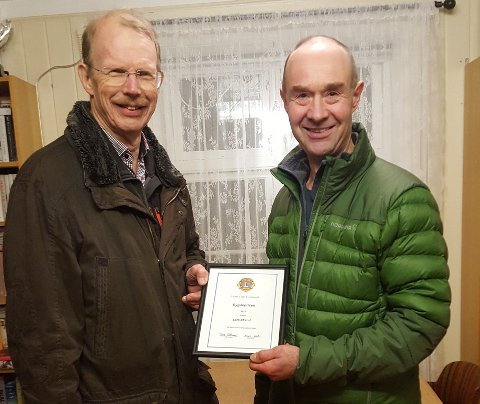 DIPLOM: Lars Strand mottar diplomet fra Frode Østlund, president i Lions Club Tyristrand.