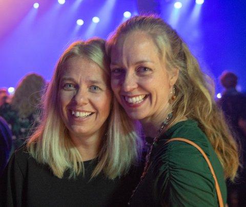 PÅ KONSERT: Pia Frog Mandt og Eline Røed-Bottenvann hygget seg på konsert.