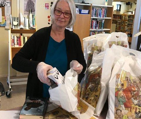 KOM OG HENT: - Om du vil låne bøker til påske kan vi kanskje hjelpe deg, men du må sende bestilling senest dagen før henting, sier Liv Holmesland. Hvordan du bestiller finner du på bibliotekets nettside.