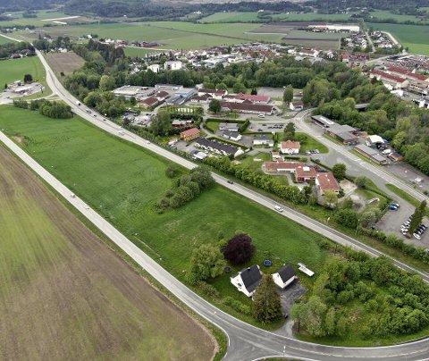 LEGGES OM: Dagens fylkesvei legges om til og skal følge Kirkesanger Pedersens vei (til venstre) slik at det blir plass til den vedtatte sentrumsskolen på Klokkerjordet.