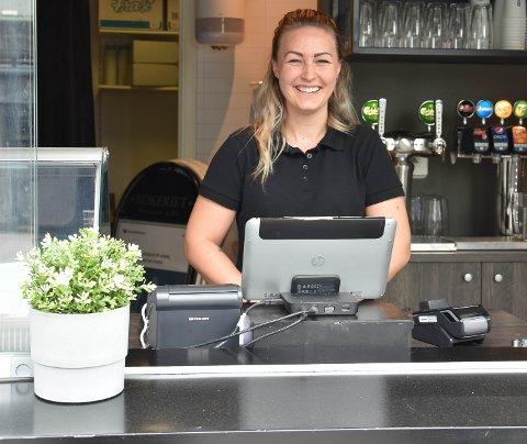 NY SJEF: Andrea Larsen (24) er Bryggecafeens nye sjef. Hun gleder seg til å komme ordentlig i gang, og håper på lange køer, kunder med én meters mellomrom, i sommer. FOTO: Vibeke Bjerkaas