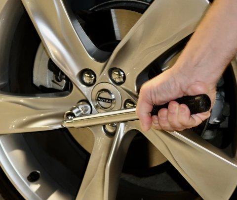 VIKTIG: Hvert år mister flere hundre nordmenn et hjul på bilen i etterkant av dekkskift. - Vær nøye med å etterstramme boltene, er den klare meldingen fra forsikringselskapet Gjensidige.