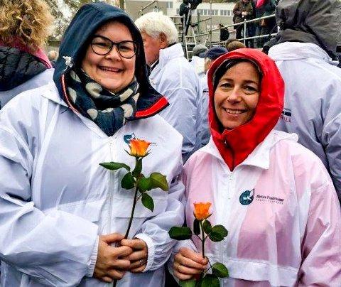 Kontaktlærerne Ane Kristine Kure (til venstre) og Ingrid Ysterud på tiende trinn holder hver sin rose på jubileumsmarkeringen for murens fall i Berlin 9. november i fjor.