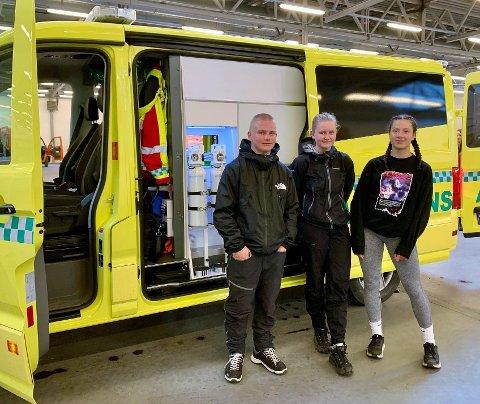TETT PÅ NAUDETATANE: Marcus Vidme, Karita Stave Turhus og Christina Mjøs lærer om kvardagen til ein ambulansearbeidar og får koma tett på naudetatane.