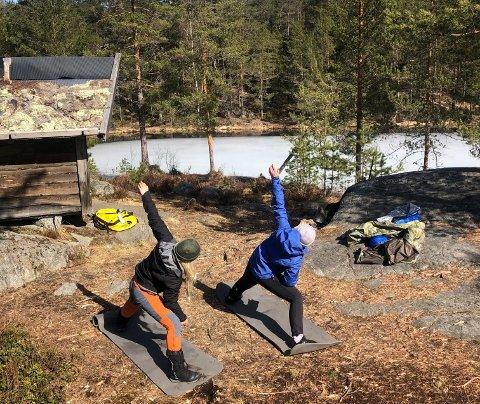 Yoga ved gapahuken: Med gapahuk som utgangspunkt kan du gjøre mange aktiviteter.  Hva med å starte dagen med litt yoga? Som her ved Ørnebu, øvre Ramsås. (Foto: Åste Hammer)