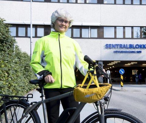 UTSKJELT: – Flere ganger i måneden har jeg opplevd å bli utskjelt fordi jeg passerer mannlige syklister i bakkene. Konkurranseinstinktet er tydeligvis høyt, sier el-syklist og sykepleier Linda Hårvik Sørensen. Nå får hun massiv støtte fra Syklistenes Landsforening.