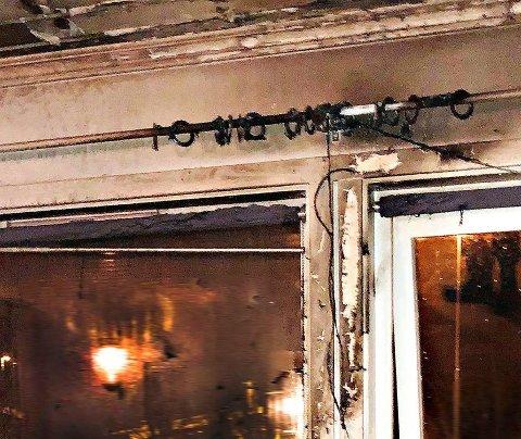 VARMT: Taket bærer tydelig preg av varme. Dette bildet er tatt av brannvesenet etter at de hadde sjekket at brannen var slukket.