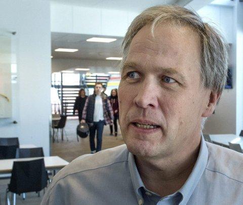 HÅPER Å UNNGÅ UTBRUDD: Rektor ved Lena-Valle videregående skole, Nils Fredrik Pedersen, forteller at de har sendt en gruppe elever hjem fra skolen fredag etter at de fikk beskjed om å gå i karantene.