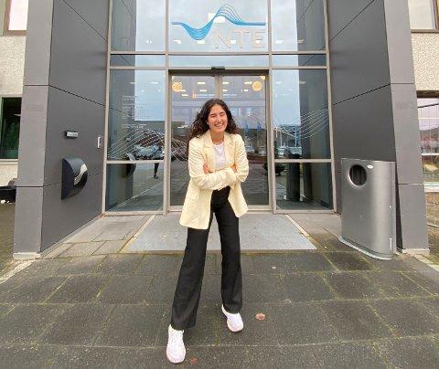 KONSERNSJEF: I anledning FNs internasjonale jentedag tar Zaineb Abdulsatar (18) fra Trondheim over sjefsstolen i NTE for én dag.