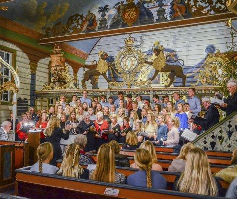 Alle på én gang: Risøyaelevenes julekonsertkor og Borøykoret i felles sang.Foto: Bjørn Johansen