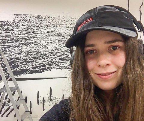 Dedikert: Iben Isabell Krogsgaard (27) er oppvokst i Brårvika på Flosterøya, senere flyttet familien inn til Kilsund. Nå er hun kunstner i Bergen. Men på natten er hun bartender. På den måten kan hun tilbringe hele dagen i atelieret sitt. Sove kan hun gjøre når hun blir gammel. Foto: Privat