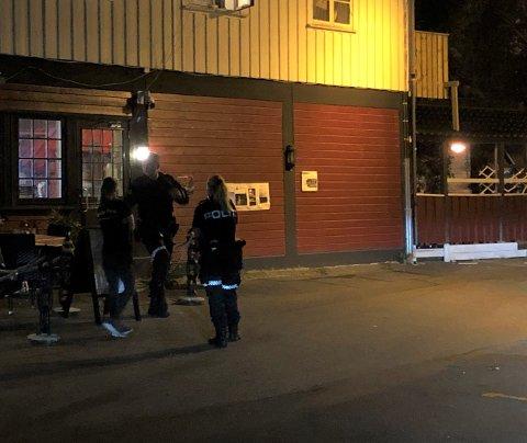 Politiet kom på plass ved Dags Pub. Foto: Øystein K. Darbo