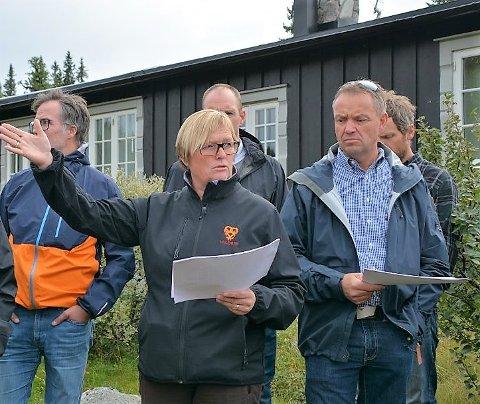 Forvirring: Knut Arne Fjelltun mener det er motstridende info om hva som egentlig skal bygges ut på Storstøllie aust. Her sammen med tidligere ordfører, Inger Torun Klosbøle, under befaringen i 2018.