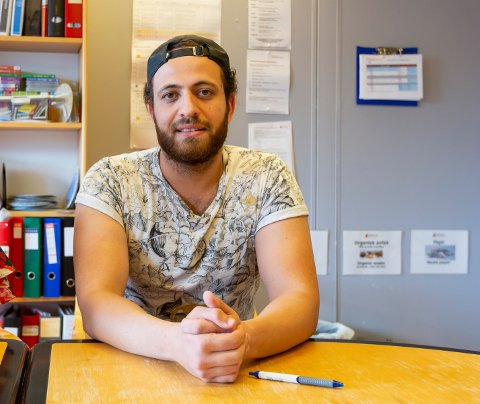 FRANSK LITTERATUR: Ali Kayali (28) studerte fransk ved Higher Institute of Languages, ved Hama University i Syria. Det ble til slutt umulig å bo i hjemlandet, og i januar 2020 kom han til Norge.