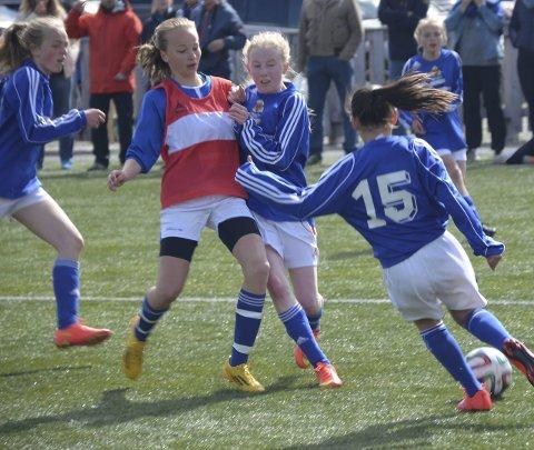 Tett: Det ble en tett kamp mellom Os/Nansen (J13) og Ranheim 3. Fotballspillere, trenere, dommere og publikum koste seg i sola på Øra. Foto: Eirik Røe