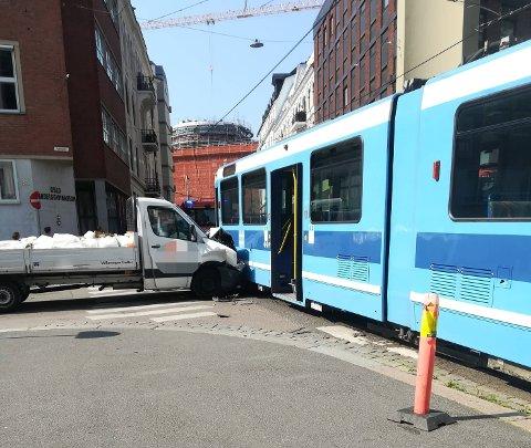 KOLLISJON: Trikken kom kjørende fra venstre da varebilen traff den.