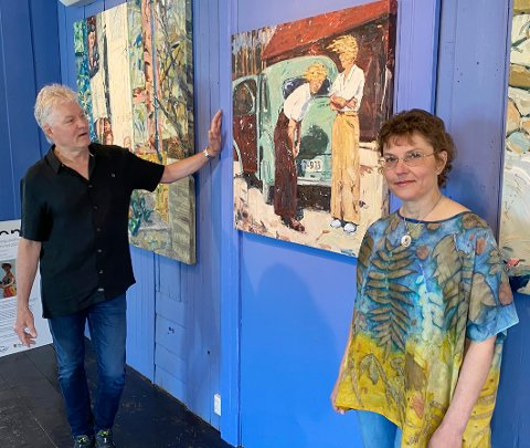 Stolte: Gallerieier Stein Thorbergsen og Ramona Bujute er stolte over at Tor-Arne Moen har sagt ja til å være årets utstiller på Hamsungalleriet på Tranøy.