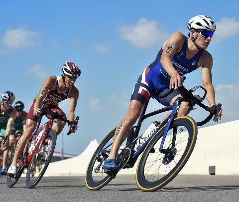 Etter sykkeldelen gikk det helt galt da Gustav Iden skulle ha på seg joggeskoene! Foto: ITU Media