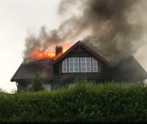 Beboerne i huset skal ikke ha vært hjemme da brannen oppsto.
