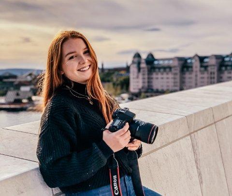 FÅR MASSE FOTOOPPDRAG: Kristine Helskog studerer statsvitenskap og driver eget firma. Hun har i flere år tjent penger på å selge bilder og får masse oppdrag.