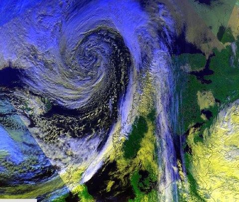 Her er årets første høststorm i våre områder - sett fra verdensrommet, skriver meteorologene på Twitter.