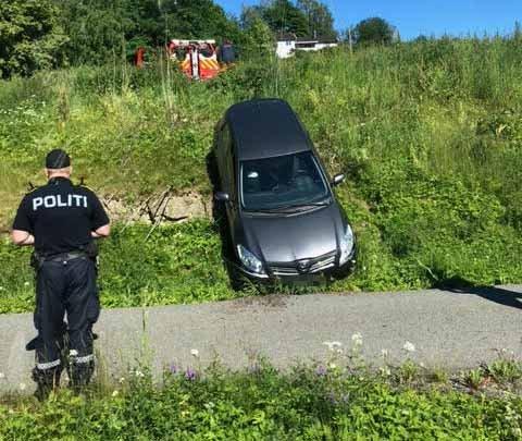 TRILLET NED: Ifølge politiet har bileieren forklart at bilen trillet ned skråningen.