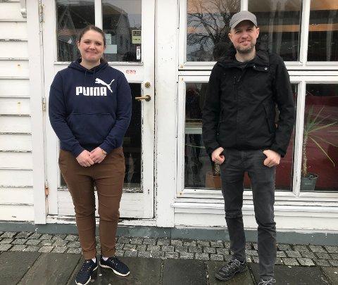 DATASPEL: Carina Hillersøy er ikkje stor på dataspel, men det er Frank Willy Djuvik. Saman inviterer dei til E-Sportturneringar gennom heile påska.