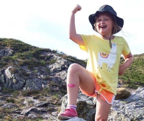 7 år gamle Malin gjekk ein 9 timar fjelltur saman med mamma og bestefar, frå Eikefjord til Hatleset.