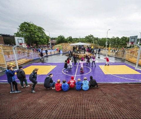 Det blir ingen elever i skolegården på Trosvik i morgen fredag. På grunn av smittesituasjonen blir det hjemmeskole for alle.