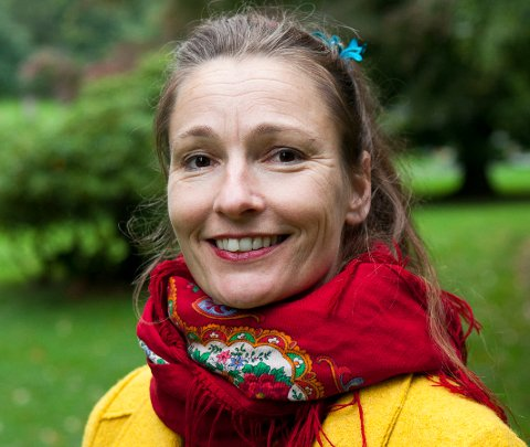 Elisabeth Helland Larsen er forfatter og skuespiller.  Hun har jobbet som klovn i over 20 år og er blant annet kunstnerisk leder for Sykehusklovnene.