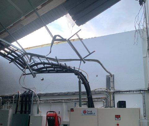 STORT HULL: Taket på Nordkraft sitt småkraftverk på Storå har et stort hull etter stormen «Frank». Reparasjonsarbeidet er i gang.