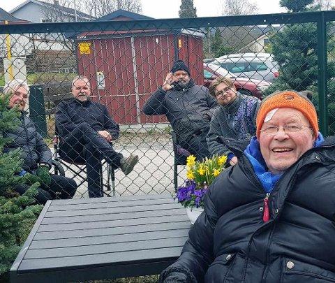 STORE SMIL: Gunnar Antonsen smilte bredt da han fikk se familien igjen. På trygg avstand dukket ektefellen Berte Ragnhild Antonsen, sønnene Atle og Tormod Antonsen og barnebarnet Kasper Antonsen opp utenfor gjerdet til helsehuset i Lillehammer.