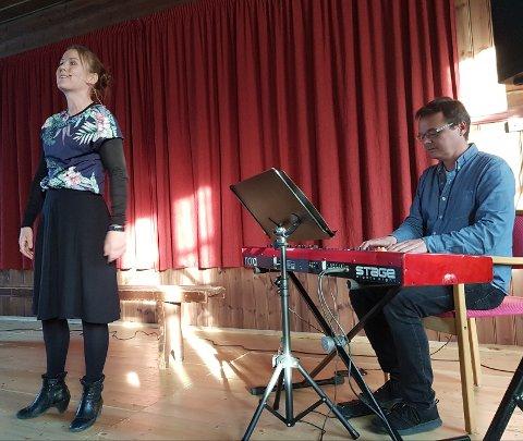 LANGBO: Karin Fristad og Tor Ingar Jakobsen sørget for en munter forestilling i ord og toner om Kirsten Langbo på årets lokale litteraturfestival Terje Johanssen-dagen».