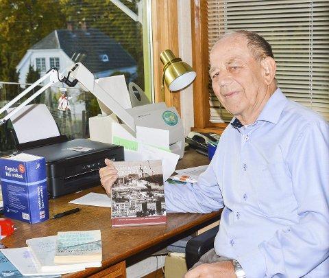 Skrivehulen: Ved denne pulten har Ivar Bjørndal skrevet seks bøker bare siden han ble pensjonist. Den siste, «Med røtter i grenselandet», lanseres lørdag.