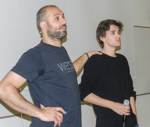 HOPPET I DET: Marco Elsafadi (tv) fikk drama-eleven Ask Angel Grüner Bjørn opp til seg i auditoriet.