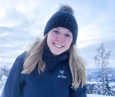 SMILER IGJEN: Silje Mathisen (19) er tilbake i en tilnærmet normal hverdag etter den alvorlige sykkelulykken i oktober 2020. Om det blir sykkelsatsing igjen vet hun imidlertid ikke.