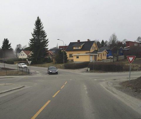 ULYKKESKRYSS: I dette krysset vest i Hamar har det skjedd desidert flest ulykker siden 1984 og fram til i dag. Det viser vår oversikt.