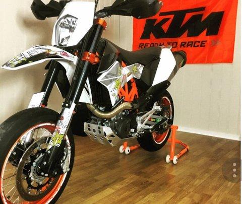 Det er denne motorsykkelen politiet nå leter etter.
