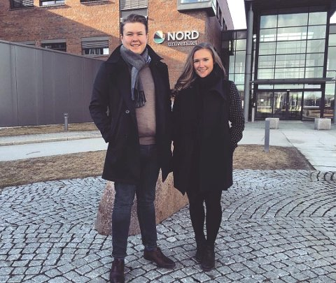 INNSPURTEN AV VALGET: Nestleder Oda Oldertrøen og leder Mathias Lauritzen i studentorganisasjonen i Bodø skal få med seg demokratenes valgvake. De reiser sammen med Jim Simonsen. Foto: Privat