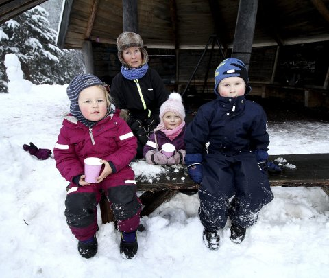Serverer varmt drikke: Mie, Martine, Peder og Tone Hofmo (bak) fra gapahuken ved Botnestua. Foto: Pål Nordby